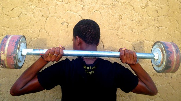 A gang member lifting weights in Diffa who says he is in contact with Boko Haram