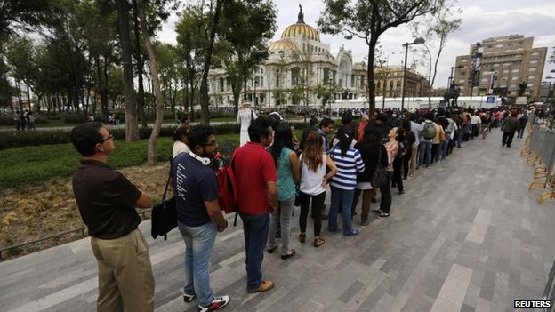 Hundreds of people line up to enter the Palace of Fine Arts for a public viewing of the ashes of late Colombian Nobel laureate Gabriel Garcia Marquez in Mexico City on 21 April, 2014.