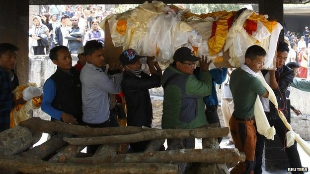 Relatives carry body of Ankaji Sherpa, who lost his life in an avalanche at Mount Everest last Friday, during the cremation ceremony of Nepali Sherpa climbers in Kathmandu