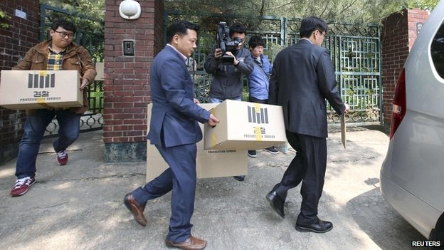 Officials from the Incheon District Prosecutor's office remove evidence from the house of an executive at the Chonghaejin Marine Company - 23 April 2014