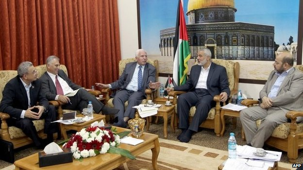 Fatah and Hamas officials meet at the Hamas prime minister's office in Gaza (23 April 2014)
