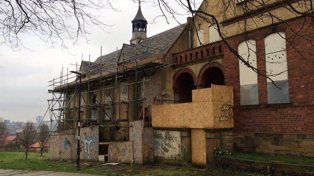 Windmill Hills ancienne maison d'école et les soins vandalisé aile nord