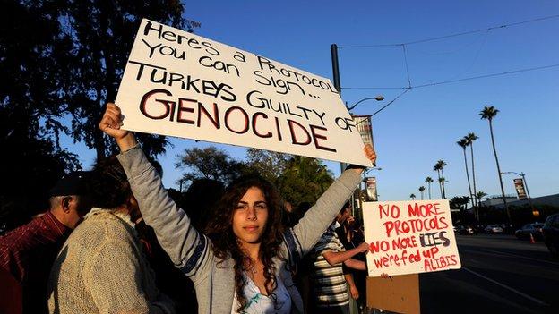 Gente molestos por el calentamiento de relaciones diplomáticas de Armenia con Turquía, protesta en frente del hotel Beverly Hilton el 4 de octubre de 2009 en Beverly Hills, California.