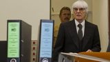Bernie Ecclestone arrives to testify against banker Gerhard Gribkowsky at a district court in Munich (10 November 2011)