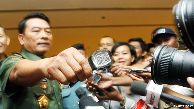 Lt-Gen Moeldoko holding a watch in front of journalists