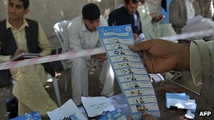 Afghan election workers count ballots at an Independent Election Commission office in Jalalabad (16 April 2014)