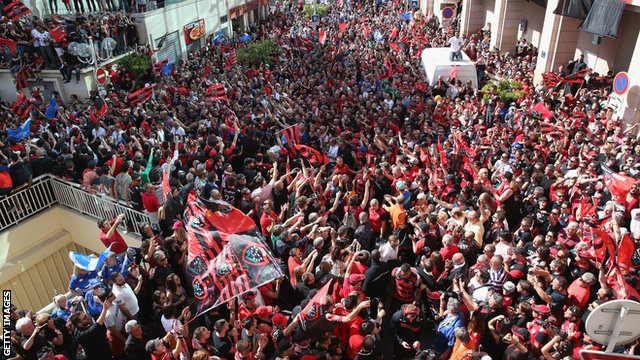 Toulon players walk through a huge crowd of supporters on their way into the Stade Mayol