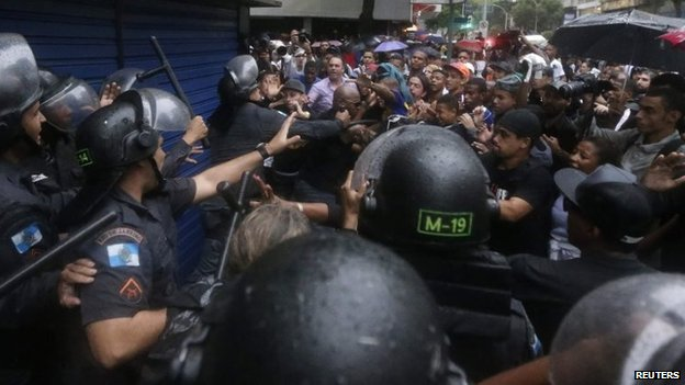 Residents clash with riot policemen during a protest in Rio de Janeiro, April 24, 2014.