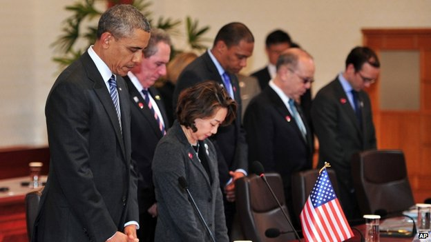 US President Barack Obama (left) and officials pay a silent tribute for the victims of the ferry disaster during a meeting with President Park Geun-Hye at the presidential Blue House in Seoul