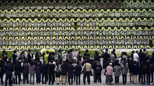 Mourners pay tribute to the victims of the sunken ferry at a memorial in Ansan - 25 April 2014