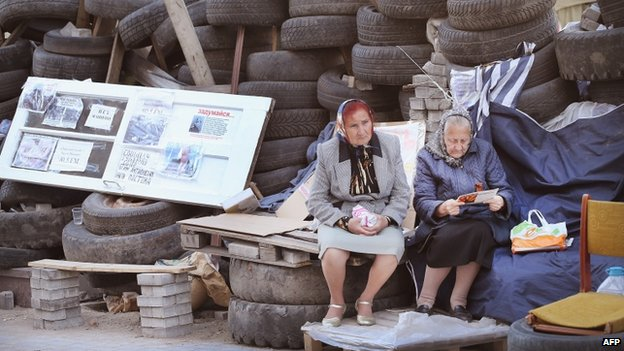 Women at a barricade in Donetsk (25 April 2014)