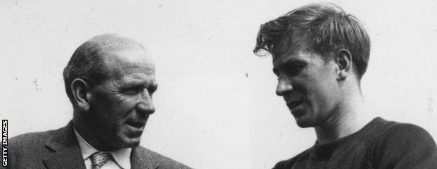 Matt Busby (l) and Bobby Charlton