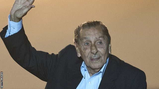 Alcides Ghiggia waves to the crowd before attending a premiere of the documentary 'Maracana' in March 2014