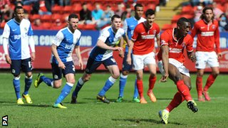 Marvin Sordell misses a penalty with Charlton 1-0 down