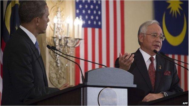 Barack Obama (L) listens as Najib Razak during a joint press conference on April 27
