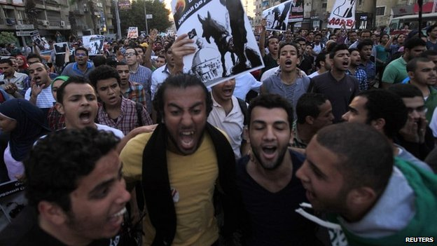 Demonstrators shout slogans against the government and Egypt's former army chief Abdel Fattah al-Sisi near El-Thadiya presidential palace in Cairo, April 26, 2014