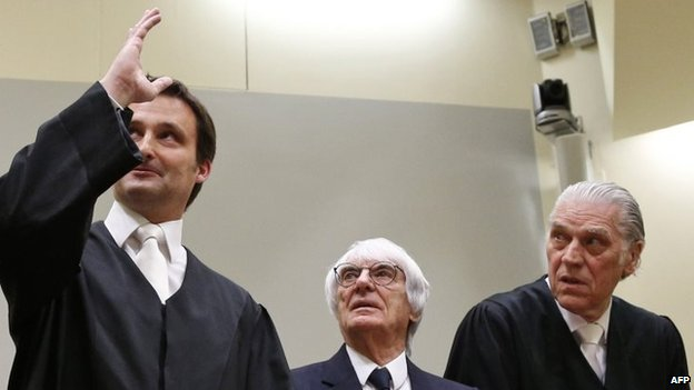 Bernie Ecclestone with his lawyers in court in Munich