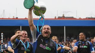 Steve Borthwick lifts the Challenge Cup for Bath in 2008