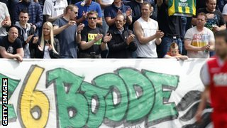 ADO Den Haag fans observe a minute's applause for Ferrie Bodde during the Dutch Eredivisie match between Ado Den Haag and Az Alkmaar at Kyocera stadium