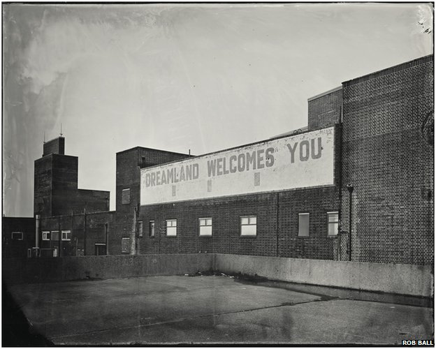 Dreamland Welcomes You sign