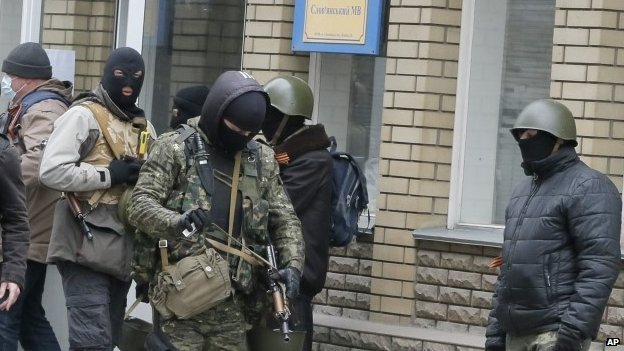 Armed pro-Russian activists occupying the police station in the eastern Ukraine town of Sloviansk (12 April 2014)