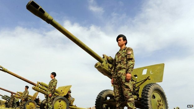 Afghan soldiers stand in front of D-30 field guns in Herat province (28 April 2014)