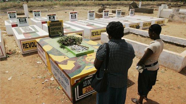 Two women at the grave of Thomas Sankara in Ouagadougou (July 2011)