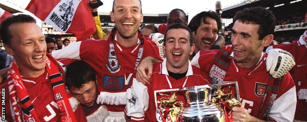Arsenal celebrate winning the Premier League in 1998