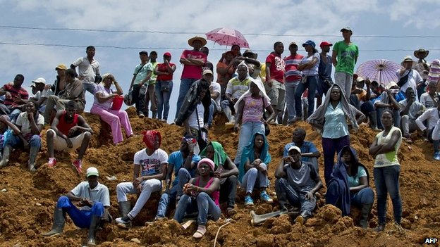 Miners and locals watch on as the rescue operation in Santander de Quilichao, Colombia, gets underway - 1 May 2014