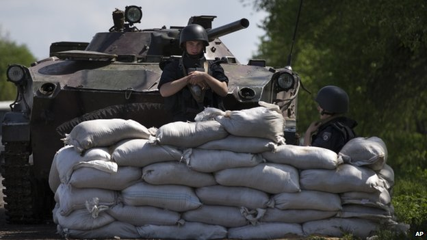 Ukrainian government soldiers guard a checkpoint near Sloviansk. Photo: 1 May 2014