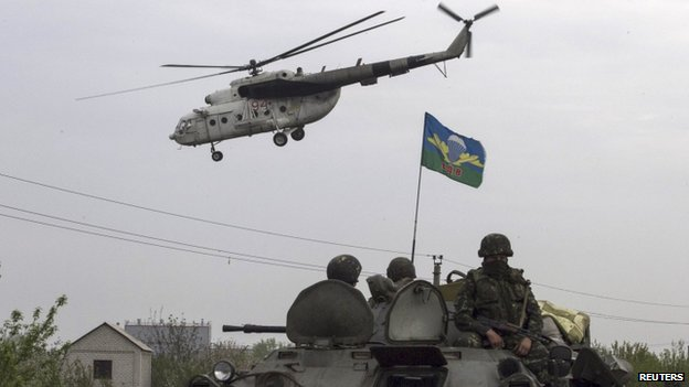 A Ukrainian military helicopter flies near Sloviansk. Photo: 2 May 2014