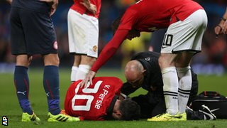 Van Persie lies injured after being hurt against Olympiacos