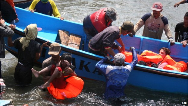 File photo: Rescuers assist survivors arriving on fishing boat at the wharf of Cidaun, West Java, Indonesia, 24 July 2013, after an Australia-bound boat carrying asylum-seekers sank