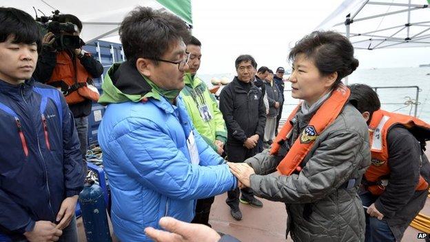 South Korean President Park Geun-hye (right) consoles a relative of a passenger near Jindo, South Korea, 4 May 2014