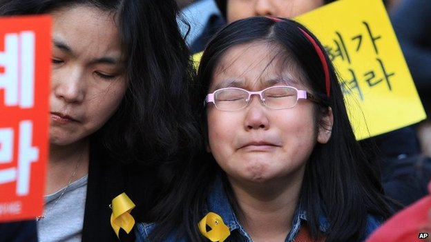 A girl cries during a rally to pay tribute to the victims of the sunken ferry Sewol, in Seoul, South Korea, 3 May 2014