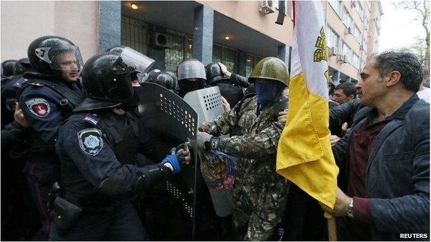 Police and protesters clash outside police department in Odessa (4 May 2014)