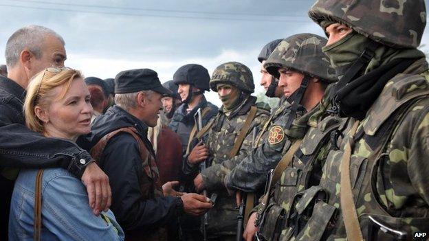 Ukrainian soldiers speak with Pro-Russia separatists blocking the Kramatorsk to Slavyansk road to prevent the Ukrainian national guard troops from advancing, 2 May 2014