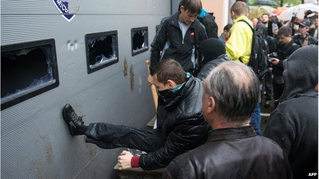 A man kicks the doors of the police station in Odessa (4 May 2014)