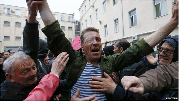 Crowds celebrate with a man released from Odessa police station (4 May 2014)