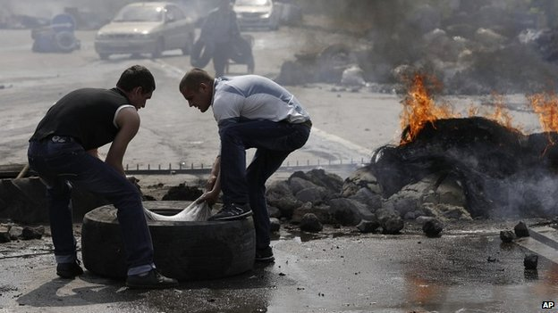 Local residents restore a checkpoint in Kramatorsk - 3 May 2014