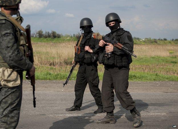 Ukrainian national guard checkpoint outside Sloviansk, 4 May 14