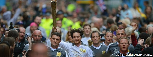 Actor James McAvoy carried the torch in his native Glasgow to the delight of thousands gathered in the city centre