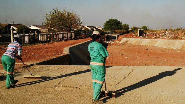 Street sweepers in Bekkersdal