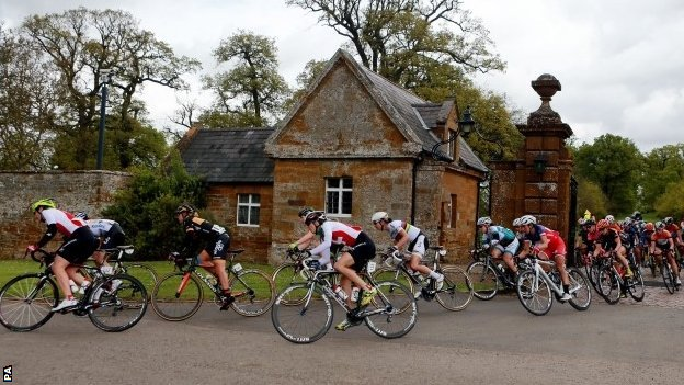 Peloton leaves Althorp House