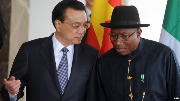 Nigerian President Goodluck Jonathan discusses with the Chinese Premier Li Keqiang on his arrival at the presidential villa in Abuja on 7 May 2014