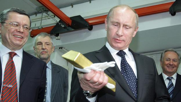Vladimir Putin looks at gold at Russian Central Bank