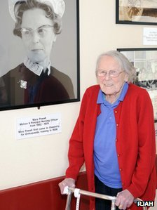 Mary Powell in 2009 with a photo of herself