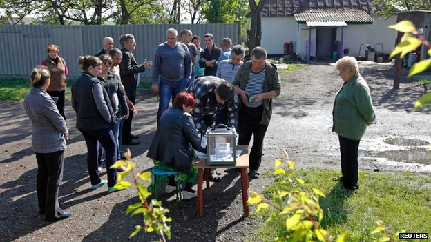 Voters in the village of Ternovoe, Luhansk region (11 May)