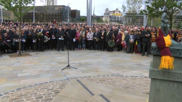 Hundreds of people at start of memorial service