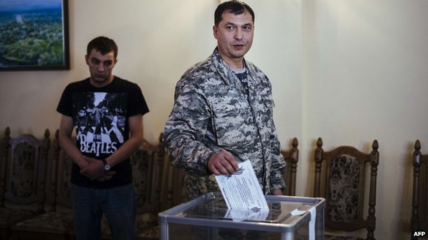 Valery Bolotov (C) casts ballot in Sunday's vote in Luhansk